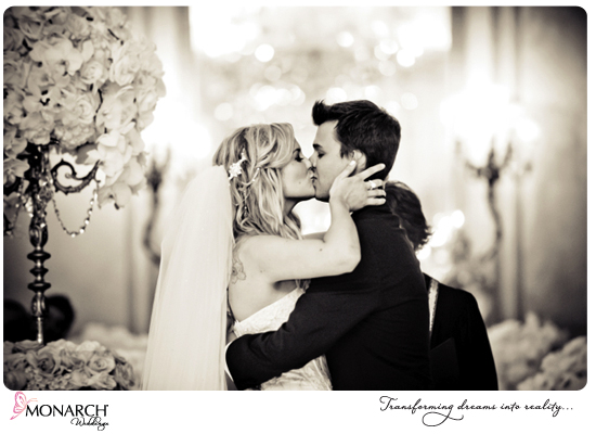 Ceremony-kiss-french-vintage-wedding